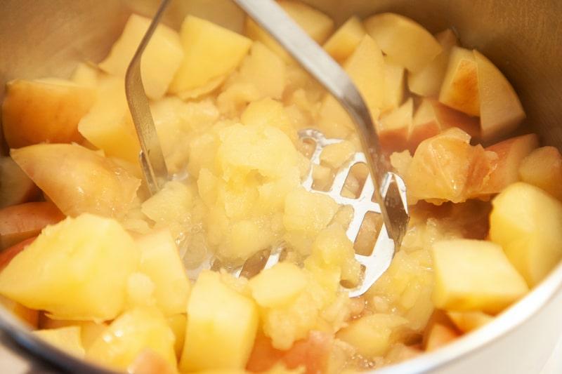 Äpfel stampfen für Apfelsaft einkochen